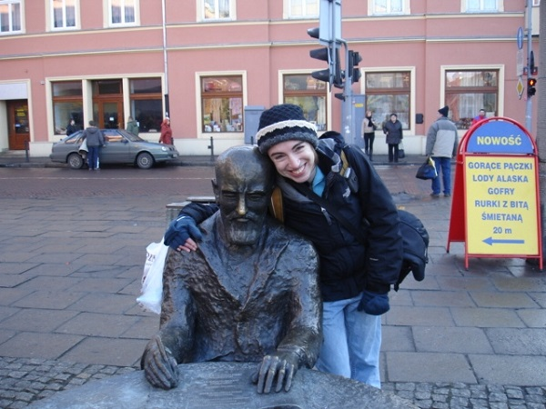 Yedida Kanfer with a statue of Izrael Poznanski